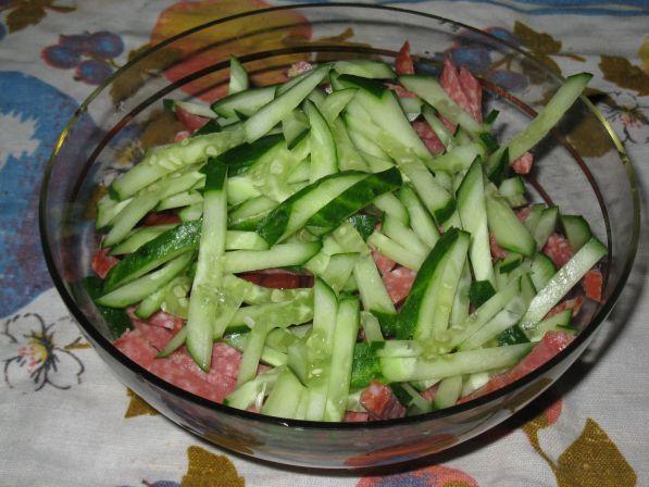 салат с колбасой фасолью и сухариками рецепт с фото