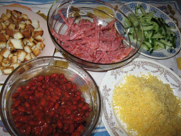 Салат из фасоли красной консервированной и сухариками