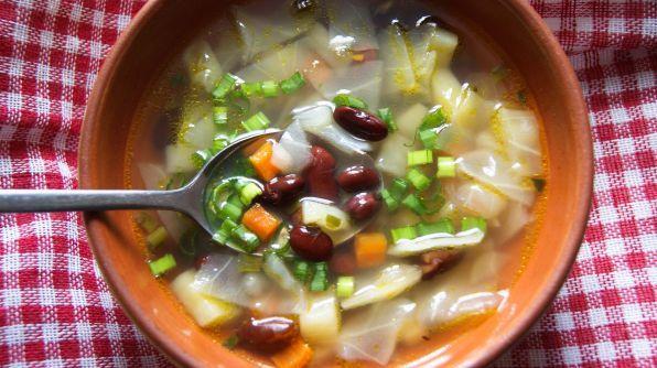 Суп с квашеной капустой и фасолью