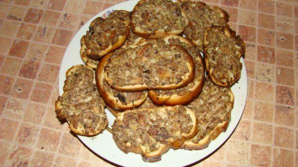 Горячие бутерброды в духовке с консервой рецепты