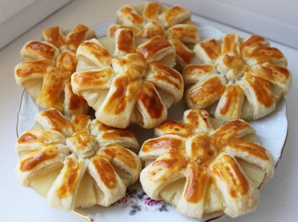 Ромашки из ананасов в слоеном тесте рецепт